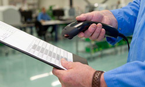 NLD - EINDHOVEN - 20110907. Foto gemaakt in opdracht van Atimo Personeelstechniek B.V. ten behoeve van gebruik op de website en in publicaties. Time-Wize is het door Atimo ontwikkelde softwarepakket voor tijdregistratie dat opgebouwd kan worden uit verschillende modules. Illustratieve foto voor gebruik van de module Time-Wize Werkorderregistratie met barcodescanner. De handscanner is van het merk Metrologic. De foto is gemaakt bij Atimoklant Frencken Europe B.V. op het bedrijfsonderdeel Frencken Mechatronics B.V. aan de Hurksestraat 16. Model op de foto is werknemer Jos van de Schepsneut. NAAMSVERMELDING BIJ PUBLICATIE: MARIJE VAN DEN OEVER FOTOGRAFIE.